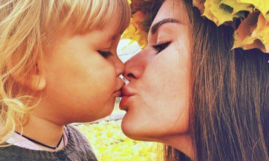 Ανύπαντρη μητέρα που βγαίνει με έναν μόνο άντρα